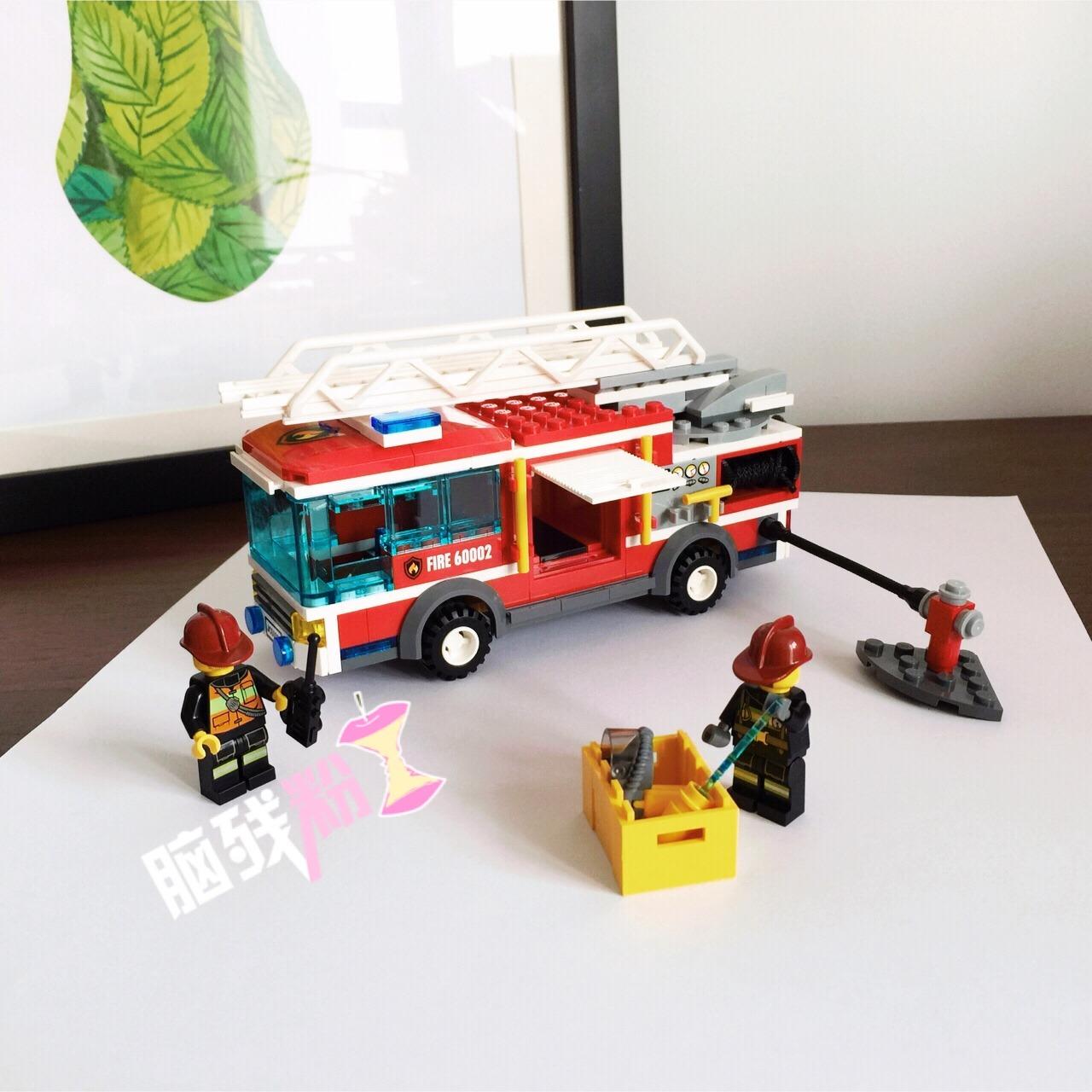 LEGO乐高 大型消防车 不知道从何时开始喜欢乐高,或许是受我家先生的影响,他很喜欢,常常买给他侄子(不过后来都是我俩拼) 我喜欢城市系列,每一款都爱,无奈荷包羞涩,城市系列4位数实在不讨喜就只能每次买点小东西拼一拼,也挺过瘾 这款是在福利社买的,当时看到就马上拿给先生看,结果就是:买!哈哈 消防车其实不太大,但是很精致,侧面的小门都可以打开,黄色的工具箱可以放进去;水枪后端是黑色绳子做的,可以拉出来;云梯可以随意升高拉伸,而且云梯的底板可以旋转~贵还是有贵的道理的 平时放在柜子里呆着,真的闪闪惹人爱