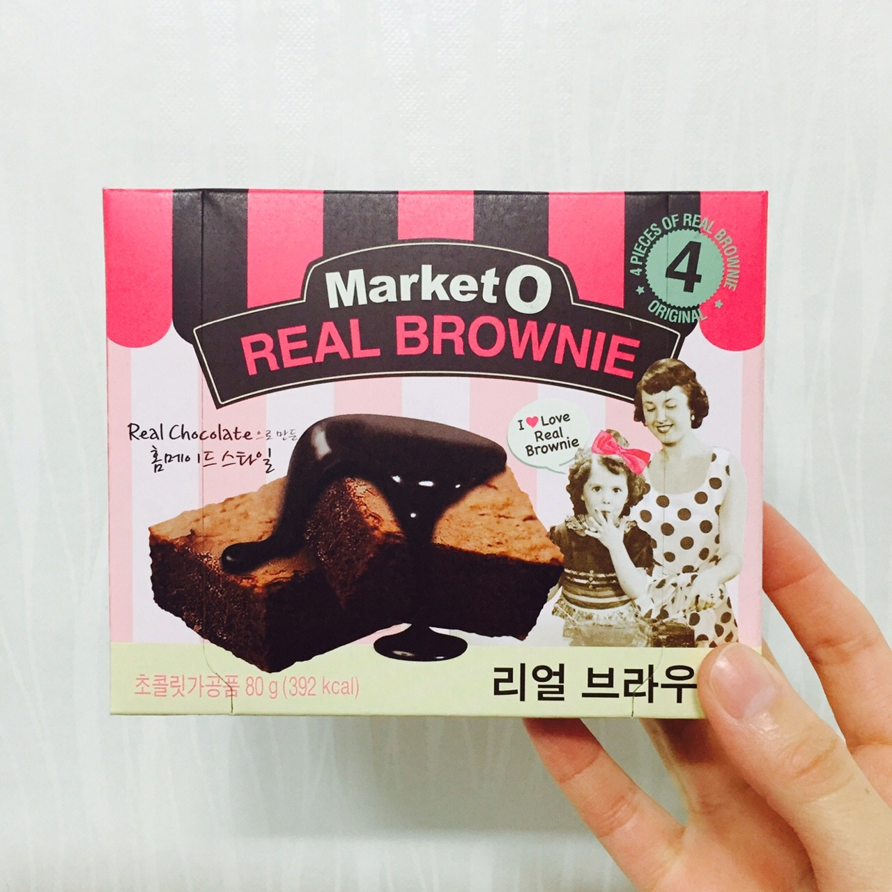【韩国零食】Part 1[嘿嘿] 图片数量有限制 所以零食篇要分几个笔记发~ 这些都是我觉得比较好吃的韩国零食 首先要小科普一下:韩国的零食90%都是饼干和膨化食品 没有辣条 没有梅子酸枣糕 没有瓜子[瞎]所以我说的这些好吃的韩国零食那是建立在只能吃到韩国的零食的基础上的[白眼] 第一个杏仁糖[害羞]这个真的好吃 小时候都是在大超市的进口区才能买到 买一大包还每天舍不得吃的 糖味道很浓很香 我一般喜欢把杏仁先咬下来吃了[嘻嘻] 第二个炸薯片 芝士奶酪味 薯片脆脆的香香的 和好丽友的另一个薯愿味道有点像