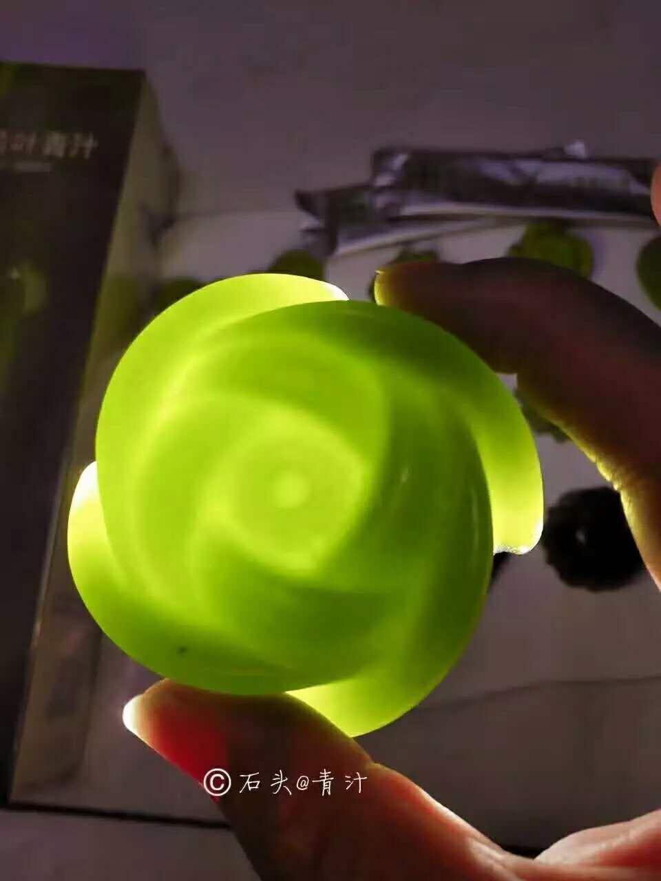 喝青汁的注意事项:一袋青汁用大约200毫升温水冲泡,不超过45度,千万