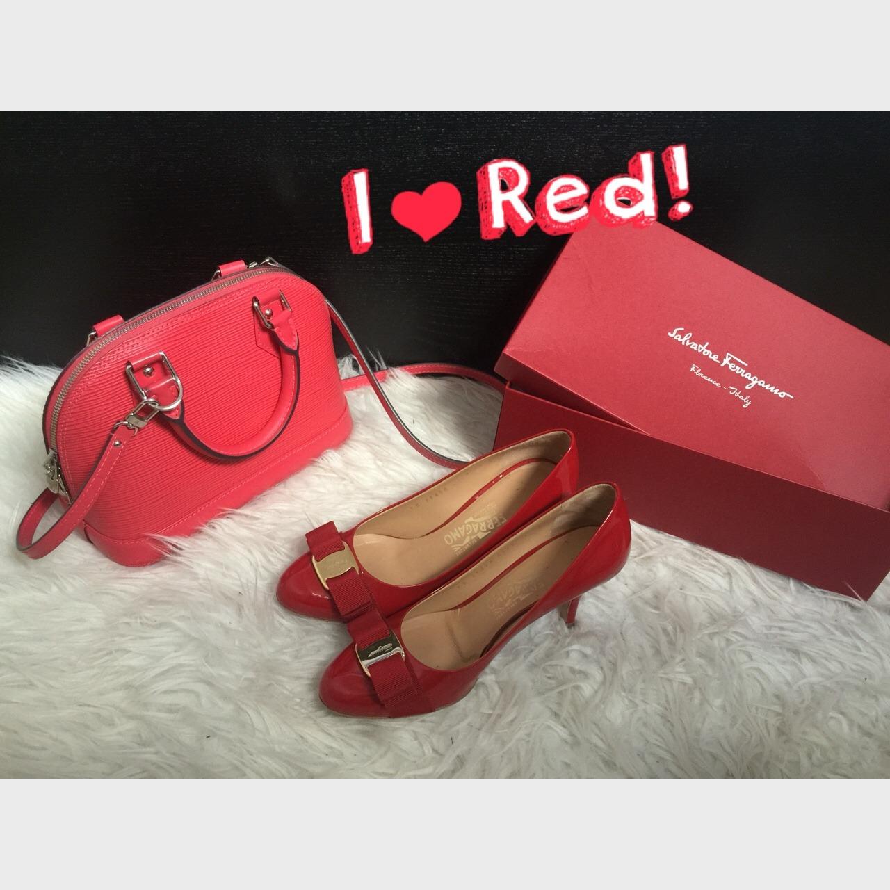平时很少买正红色的东西,总觉得对我来说不是很好驾驭~不过这种颜色搭配好了真的能让人有惊艳的感觉~ 这两件是平时用的比较多的红色单品了,有时候对于某些想法真的很执拗,比如固执的认为菲拉格慕的鞋子中一定要买双他家正红色的,而且一定要高跟的。所以买他家的鞋子一直是平底的,唯独这一双~ 买这个LV的时候完全是被限量色这几个字套住了,本来是想买漆皮的酒红色,但是朋友都说不好看,直到在楼上看到了这个西瓜红(也不清楚官方说是什么颜色,柜姐说是pink),虽然是红色但是挺百搭的,涨价之前在巴黎香街总店买的~ 还有今天早
