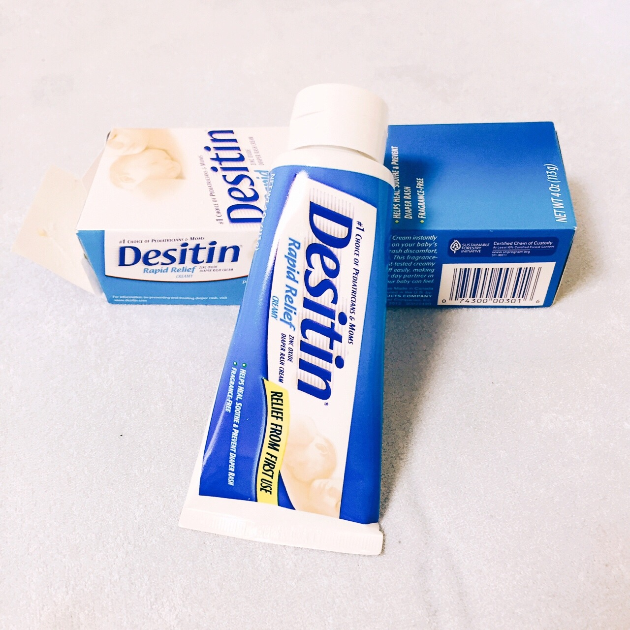 Desitin 婴儿护臀膏: 身边很多麻麻都跟我推荐过这款婴儿护臀膏,所以当时准备待产包的时候也没多想,直接就买了。 Desitin家的护臀膏有2款: 图上的蓝色包装款是日常护理使用的,含有10%氧化锌,比较温和。 另一款紫色包装的,含有40%氧化锌,具有很好消炎收敛的作用,比较适合红PP严重的宝宝。 当然,两款都含芦荟和维生素E、低敏,牙膏管的包装用起来也比较方便。 白色膏体(这一点也很像牙膏,哈哈),不像大人的乳液那么好涂开,感觉有粉质在里面,需要多抹几遍。 温馨提示: 有人说每次换尿不湿都要涂屁屁