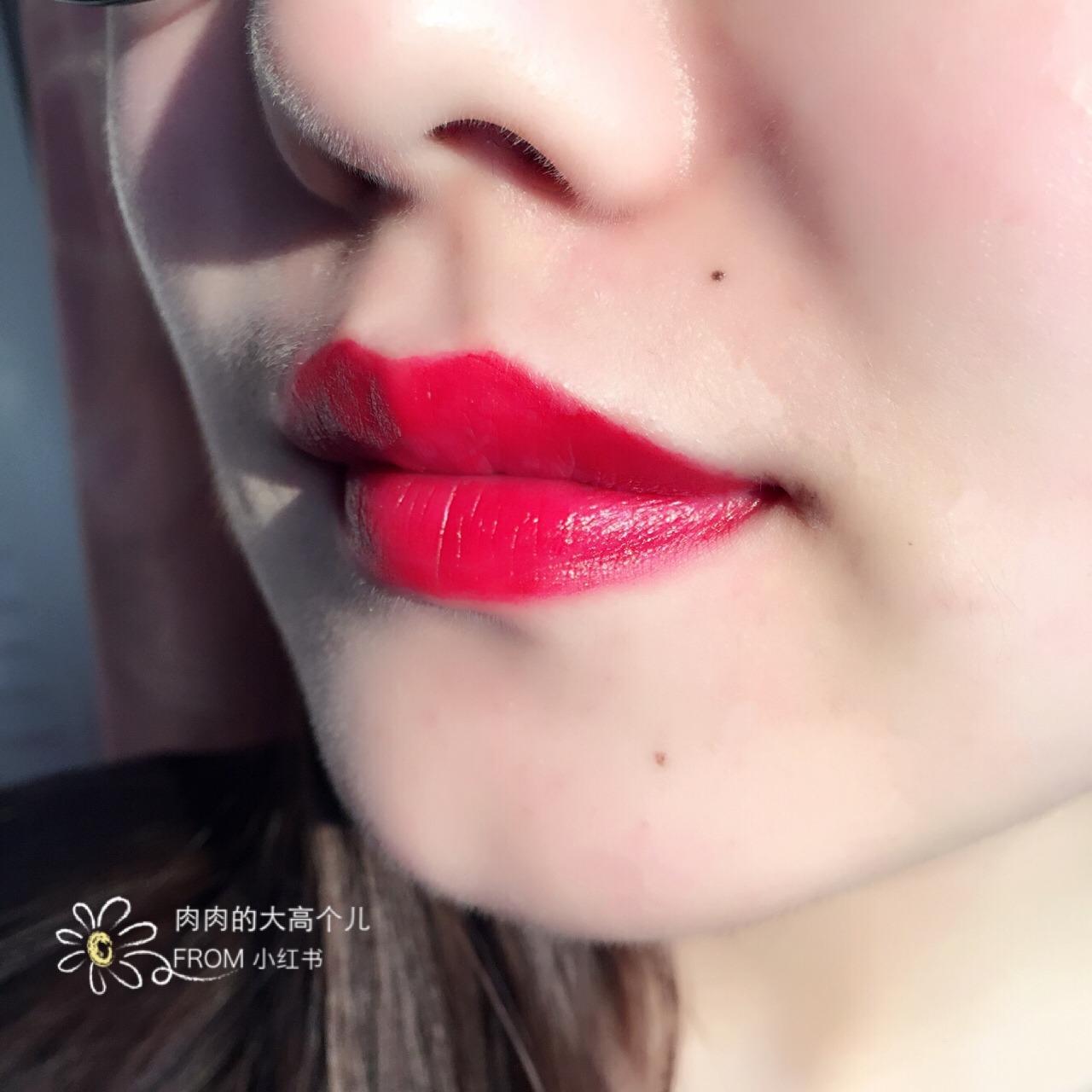 其实我平时涂的颜色很浅,就是拿着口红点点点,嘴巴的颜色会是非常