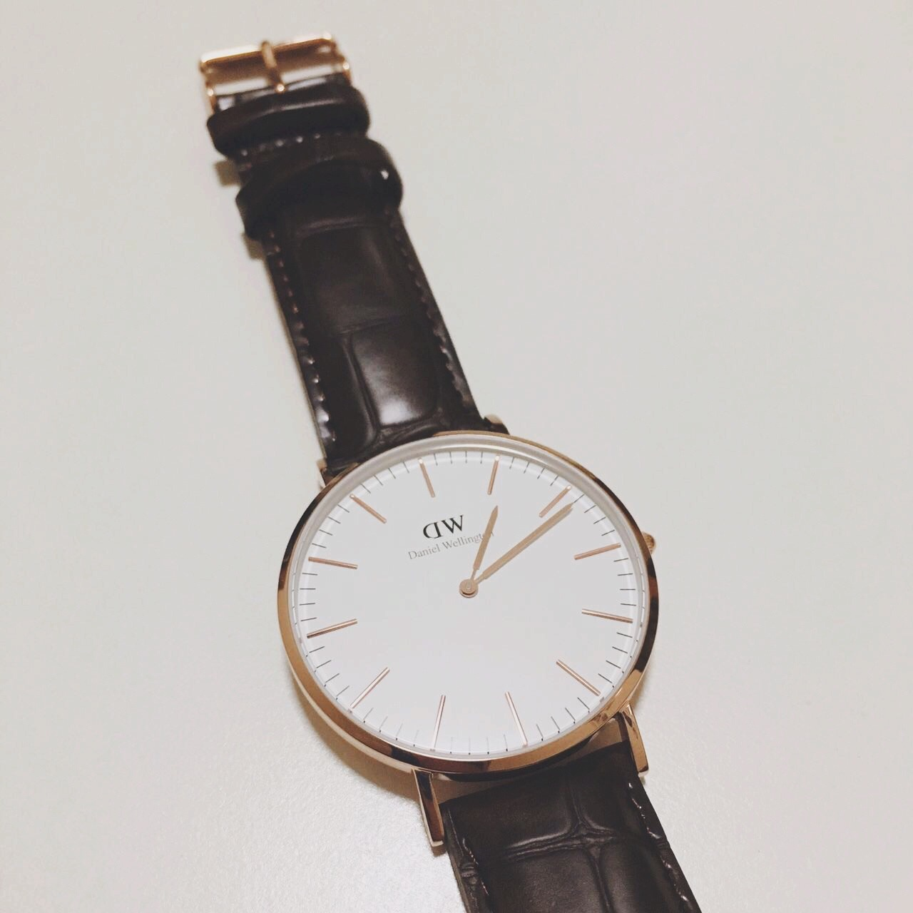 对DW心水好久了男票知道我喜欢 恰好碰上我生日 就送了给我当生日礼物他自己也买了一个刚好可以让我们两个戴情侣表我们挑了复古纹路的深棕色表带 手表收到之后真的没让我失望 很喜欢~简约的设计让手表看起来真的很高端大气 而且超级百搭的冬天来了带皮表最合适了 等夏天就换一条很英伦风的布带表带皮表带刚拿到的时候是会有一点点硬 带多几下就好啦真的棒棒嗒~ 平价百搭@薯队长 让我上个精选吧