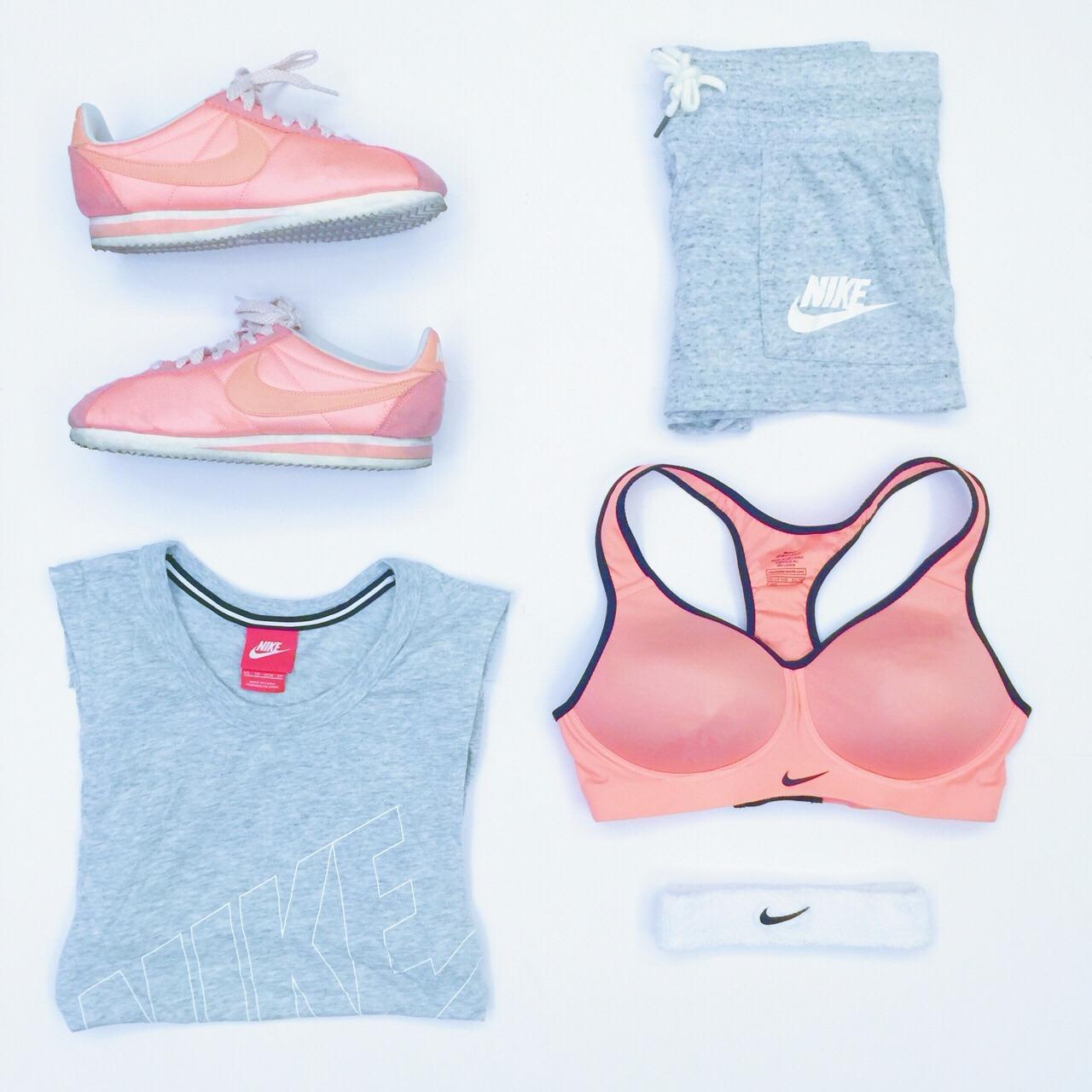 Nike伐木累 看到这个标签就想到这套运动装备了,话说到了年底冲业绩的时候,运动是什么味道来着?甜甜酸酸?已经不记得了,翻出来回味一下吧~ 整套都是Nike买的,iapm环贸店,还送了一个森系购物帆布袋,赞!值得一提的是浅灰色top侧边是几乎全镂空的,适合那(quan)些(bu)去运动又爱臭美的菇凉们,性感还可爱[哈哈][害羞]橘粉色搭配浅灰色,干净 @薯队长 上篇半夜发,半夜通知入精选,激动之余,继续努力![嘿嘿]