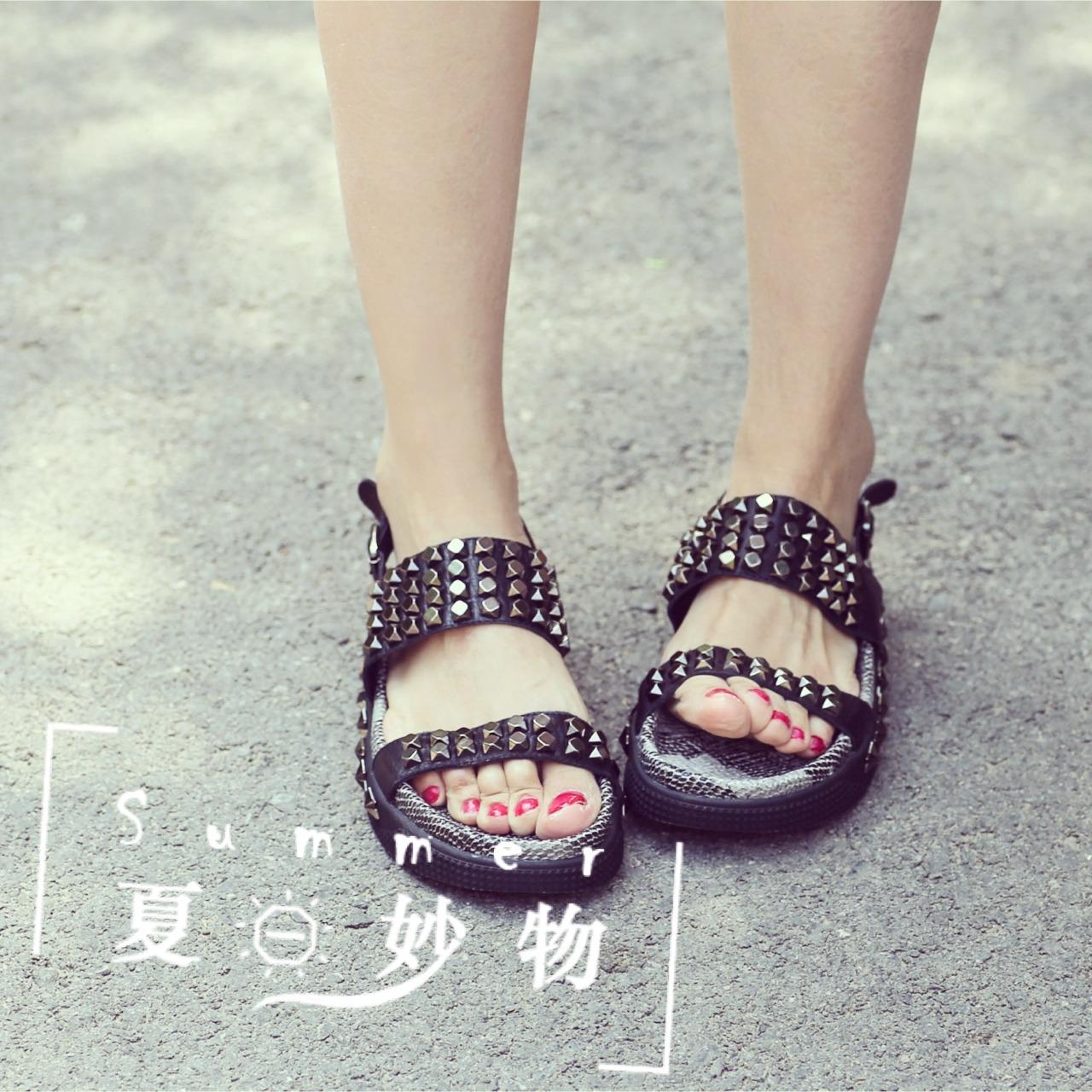 周末阳光下暴走穿搭分享 北京下了好几天的雨, 天气晴了以后竟然不热真的是让人心情愉悦, 和闺蜜暴走在阳光下, 好在穿搭比较舒服, 不热而且暴走十几公里分分钟的事儿 (鞋子) 鞋子真心是舒适与美貌并存, 上面的铆钉质感棒棒嗒, 这种鞋子一出现首先担心的就是搭配, 可是这个小品牌完全屏蔽这些顾虑, 包包是鞋子附送的, 搭在一起感觉特别合适, 不要担心赠品的质量, 这绝对是赠品中的极品 (裤子) 裤子真的不再是烂大街的纯牛仔 我以为我的白T这个夏天注定与可爱无缘, 裤子一搭配真的活跃不少, 米奇很给力,可