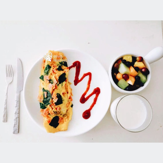 营养早餐# #小资早餐# #精美餐具# #摆盘# 分享下自己做的简单早餐