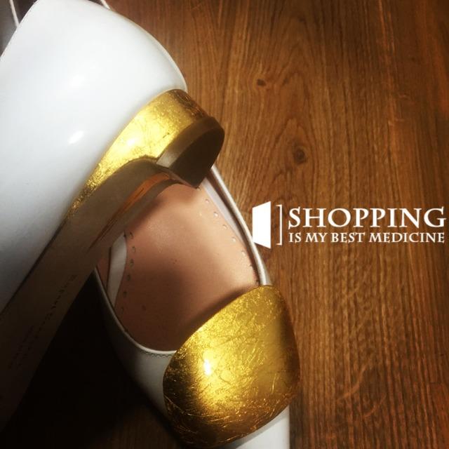 Rupert Sanderson 这款 Pierrot 高跟鞋选用柔软的绒面革制成, 浓郁的 Sangria 酒红色赋予其万分优雅。单品采用经典的尖头设计, 饰有品牌标志性的 pebble 装饰灵感源于设计师 1990 年代在斯里兰卡海滩上发现的鹅卵石。 8 厘米的鞋跟高度适中而又修饰双腿线条,是日常穿着的理想之选。