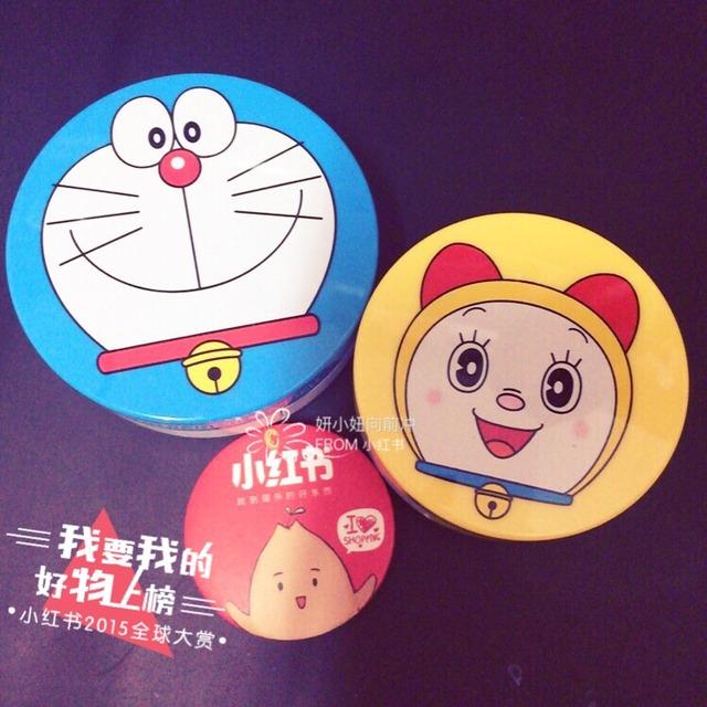 -apieu 哆啦A梦/蓝胖子气垫 色号13- ((  ))   算是开封日记,买来一个多月了终于要开了。apieu是韩国谜尚旗下的平价良心牌子,也是近两年渐渐在中国红起来的彩妆品牌之一。  它家备受好评的就是和各个卡通形象合作的系列,比如加菲猫、比如蜡笔小新,还有这个哆啦A梦 ((  ))   说回气垫,买的是官网9800韩元(50