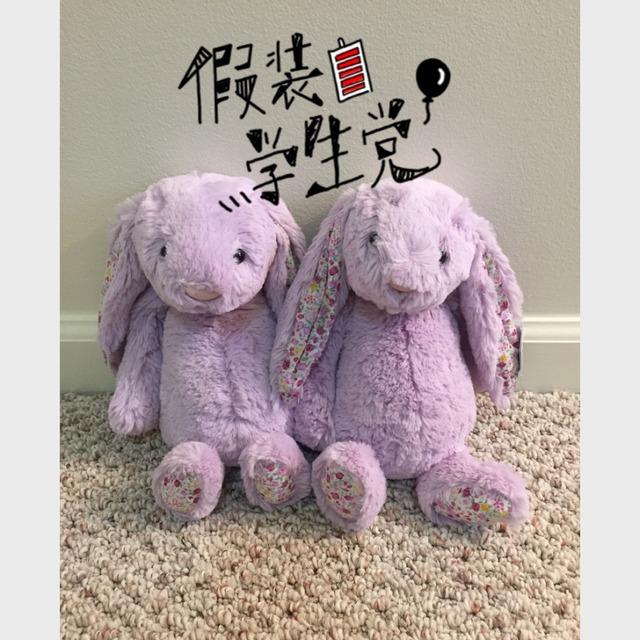 有别于其他小兔兔 这只有小碎花 好小女生哦 搭配薰衣草紫色 公主梦