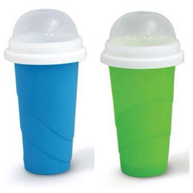 夏天要到啦上一个Chill Factor Slushy Maker,沙冰杯!不含BPA,简单易操作,你只需把杯子先放在冰箱冷藏室里面8-10小时,然后将冰冷的饮料倒入冰沙杯,1-2分钟后用勺子沿着杯壁搅拌,冰沙就做好啦,忒简单了吧,随便你放自己喜欢的饮料啊,牛奶啊,各种你想做成冰沙的材料,吃完洗洗放冰箱,第二天又可以用啦~