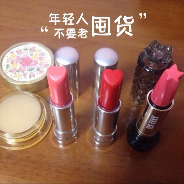 包括一个盒装唇膏和一支好迷你的小可爱口红~是气质裸色的,还带一点