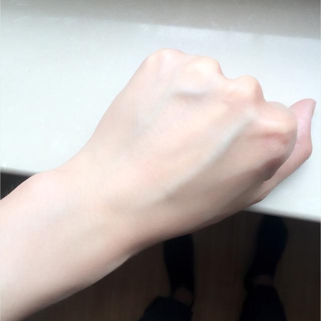 这是我现用的基础护肤步骤~ 从左开始123就不描述好啦,已经写过笔记了~就讲一下最右边的希思黎全能乳液和用这一套的使用感受。 图2是希思黎乳液,不薄也不稠,有股香味(有的人不一定觉得这是香)比较清爽的那种味道,抹开乳液轻轻拍打后如图3,照片上看不出啥,就是滋润了点有点光泽~ 我卸完妆后就用悦木之源的洗面奶,拍上修护精华水,拍上神仙水,最后抹上全能乳液,皮肤会软软的!!!这是最大的感受!!!我毛孔不大,就是有点黄,肤色不均,皮肤混合偏油,用这一套下来感觉蛮清爽的!再强调一下下,皮肤会软!!!然后