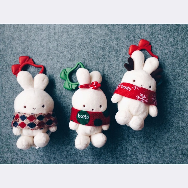 KFC圣诞兔子,要过圣诞节了,来一篇应景的[嘿嘿]。忍不住要Po一下,这套圣诞兔子在今天也终于集齐了[赞R],算是圣诞节送自己的小礼物吧,这几个兔子的质量还是不错的(忍不住的吐槽它家的毛绒玩具有时候粗糙的简直不忍直视),三个小的可以做包挂,其中一个有小鹿角,围巾颜色不同,都稀饭[飞吻R],大的那个兔子底座可以拿掉,兔子做摆件,底座用做收纳[飞吻R],外面的那个包装是层纱,不适塑料袋子哟[偷笑R]。