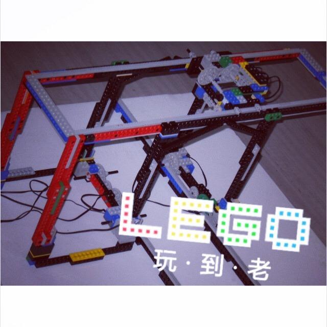 属于编程机器人 比常规玩具多了rcx控制器 马达 光感传感器 温度