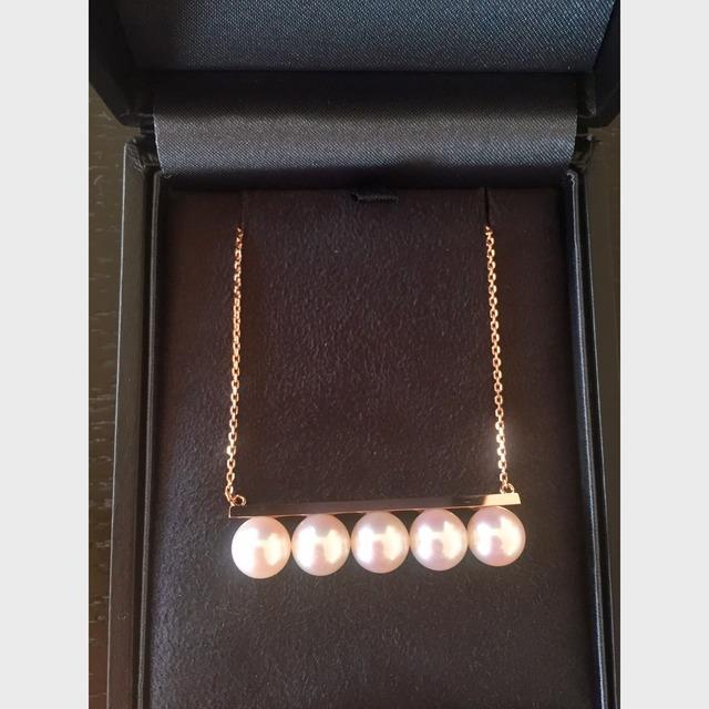 2015年的最后一天和老公在东京银座的专卖店买的。这条项链在柜台里面并没有,还好日本妹纸会说点中文,问了销售妹纸从里面拿出来的。吊坠是生辰宝石,是TASAKI家的噱头,从一月到十二月都有,只是宝石不同。链子是18k黄金的,项链接口和国内的不太一样,不过戴习惯了就好也不容易掉。国内也有这款生辰宝石,对TASAKI稀饭的小伙伴可以选择在霓虹国购入啊