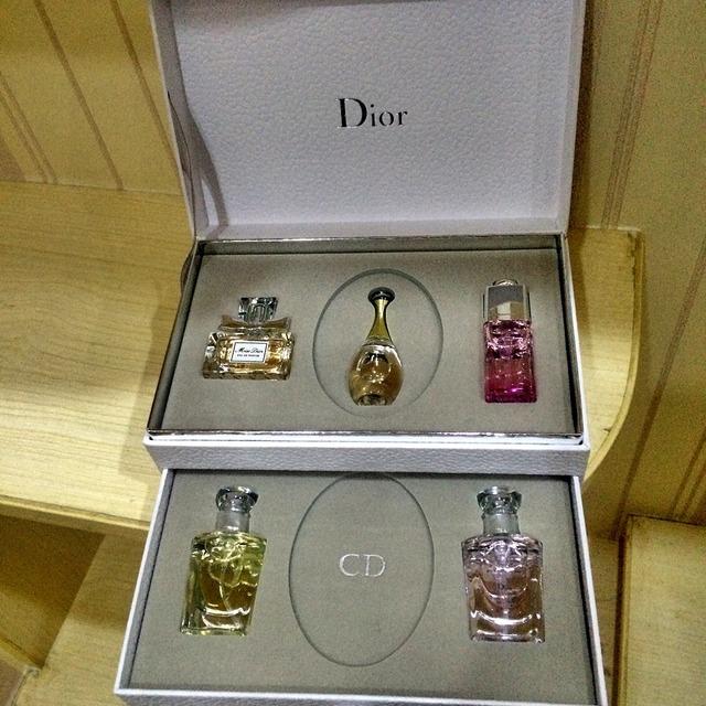 闺蜜知道我爱各种香水,特意从香港买来的迪奥香水套盒[么