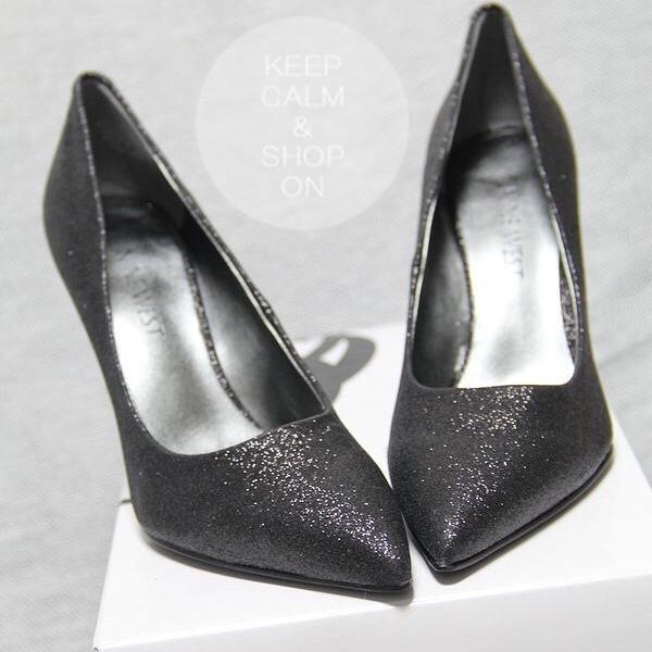 俯视角度45,blingbling闪亮亮,鞋子尖尖的很能体现女性美,那种修长的双脚。 鞋子外形美到不行,尖尖前脸,配上细高的根部,加上流线的外形和闪闪的元素,真是居家旅行外出通勤宴会不可或缺的备选鞋型。 酒杯跟很美,爱美女士至少应拥有一双。