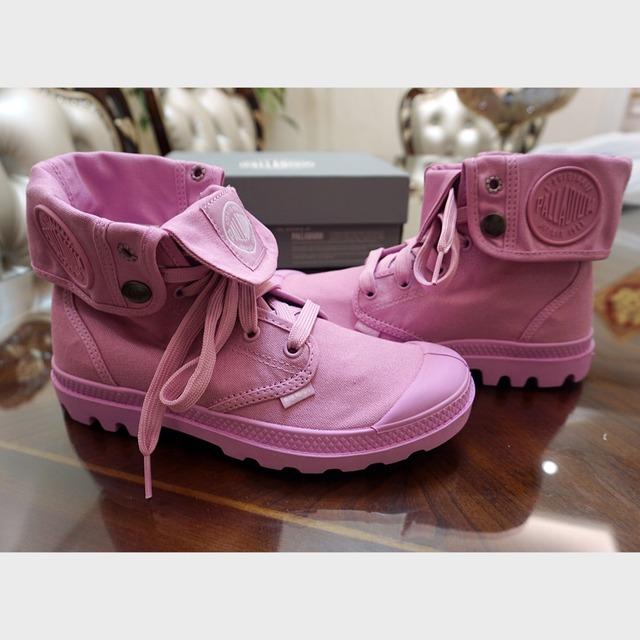 Palladium 帕拉丁鞋 1920年 - 成立于法国里昂,以制作坚固耐用的战机轮胎闻名; 1947年 - 获邀法军委托研制沙漠军靴,利用橡胶方面的技术制造出第一双Pampa Boots,因其结实耐用、穿着舒适成为众多雇佣兵团的首选战靴,并在Pont De Cheruy开设一间工厂,正式成立Palladium品牌; 1960年 - 随军在北非阿尔及利亚沙漠和摩洛哥山区进行诸多实战任务,Palladium战靴久经考验 在长宁龙之梦入入手的,吸引我踏入店门的是这个品牌马卡龙的颜色,太美腻了~而且设计感很不错
